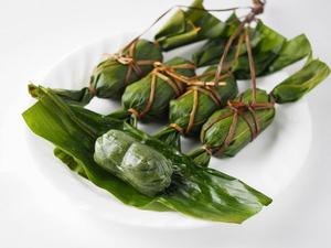 笹だんご、地元のヨモギ、笹を使っていますので、緑が鮮やかで、きれいです。