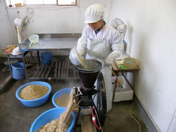 煮た大豆をすりつぶします